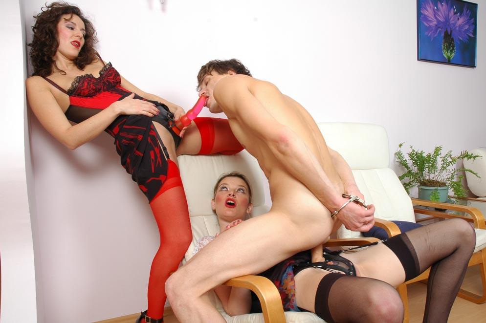 Порно три бабы трахают парня, две обнаженные девушки в красивом белье